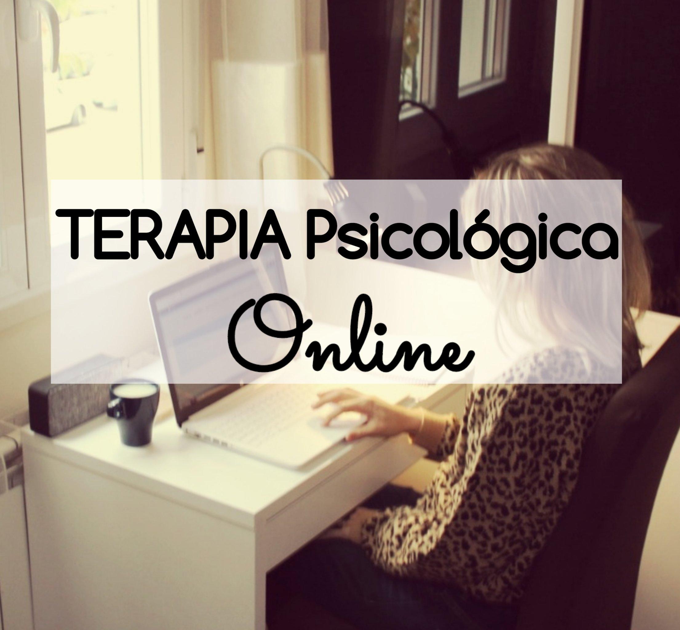 Beterapia psicológica online Charo Poggi psicóloga, sobre una foto de una mujer rubia, joven, sentada en un escritorio mientras teclea su portatil. Hay una taz a su lado y está frente a una ventana.
